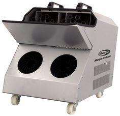 Puissance: 230 V C.A. ~50 Hz. Conso: 460W. Réservoir: 3 litres. Type de fluide: liquide à bulles. Technologie de sortie avec double ventilateur massif. Un système secondaire à double ventilateur force les bulles à monter très haut. Rechargement facile grâce au réservoir à chargement par le haut. Interrupteur On/Off à l'arrière. Roues et poignées doubles pour faciliter le transport. Machine à bulles à louer à Obermorschwihr (68420)- www.placedelaloc.com