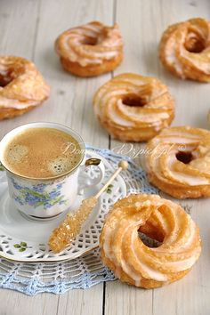 Spritzkuchen or Spritzringe is a pastry made from brandy pastry glazed with frosting. The kringelförmigen biscuits are very soft and airy The post donuts appeared first on Dessert Park. Sponge Cake Recipes, Donut Recipes, Baking Recipes, German Baking, German Desserts, Baked Donuts, Donuts Donuts, Chocolate Donuts, Sweets Cake