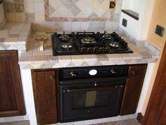 Cucina in fintamuratura con piani in marmo e antine invecchiate 2