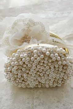Design Chic: Bathed in White, I LOVE THIS  little bag!!!!