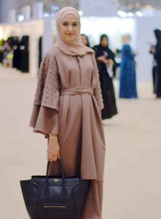 5 Tips for Choosing your Hijabi Graduation Outfit – With . Abaya Chic, Hijab Chic, Abaya Designs, Hijab Outfit, Hijab Dress, Abaya Fashion, Modest Fashion, Estilo Abaya, Abaya Mode