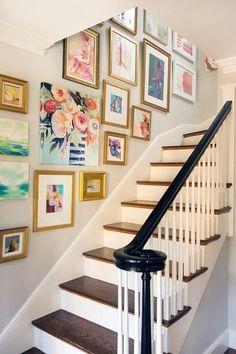 Crush: Hanging Art in the Stairwell Beautiful inspiration photos and tips for creating a gallery wall in the stairwell.Beautiful inspiration photos and tips for creating a gallery wall in the stairwell. Inspiration Wand, Home Decor Inspiration, Decor Ideas, Decorating Ideas, Stairway Decorating, Decorating Bookshelves, Foyer Decorating, Style At Home, Diy Home Decor