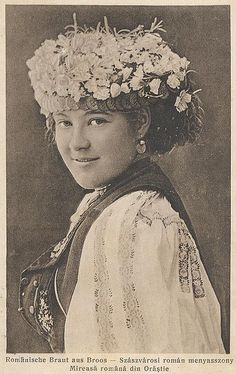 from a picture postcard Costume Castle, Romanian Wedding, City People, Face Illustration, Folk Embroidery, Picture Postcards, Photographs Of People, European History, Russian Art