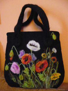Bolso decorado con flores de fieltro