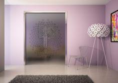 Le due ante in vetro decorato Evolution doppio Porta Glaze di Ermetika scorrono all'interno di due controtelai contrapposti