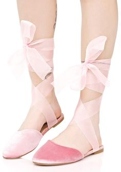 Romantic Celia Wrapped Flats will get ya cast in the lead role, bb~ These gorgeous mule-style flats feature a luxe pink velvet construction, comfy step-in style, rounded toe, and long pale pink organza wrap ties that go up your legs.