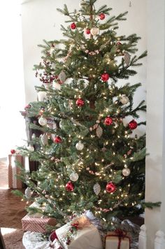 Christmas Tree Images, Red And Gold Christmas Tree, Cool Christmas Trees, Christmas Swags, Christmas Mantels, Rustic Christmas, Simple Christmas, Natural Christmas, Victorian Christmas