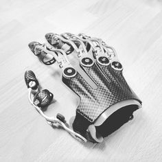 These are the type of prosthetics I love. Hardware so cool you wish you could use them. Robot Concept Art, Armor Concept, Reactor Arc, Armadura Cosplay, Arte Sci Fi, Robot Hand, Arte Robot, Cosplay Armor, Futuristic Technology