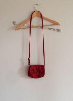 Kaufe meinen Artikel bei #Kleiderkreisel http://www.kleiderkreisel.de/damentaschen/umhangetaschen/127429074-kleine-rote-umhangetasche