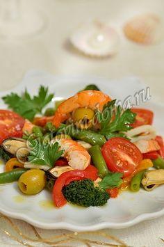 Салат из морепродуктов с зелеными оливками