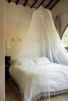 Uma aura renascentista invade esta casa em Panzano, na Itália. O que era um palheiro desativado virou um espaço simples e teatral nas mãos da designer Janine Loohuis. No quarto, a colcha veio de um mercado de quinquilharias e combina com o mosquiteiro