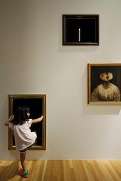 Bezoekers mogen zelf tijdelijke, digitale tentoonstelling samenstellen met behulp van collectiefoto's. die verschijnen op beeldschermen met lijsten op de muur.