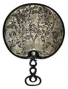 - Espejo Celta de bronce . Cultura Hallstatt . Austria . Siglo V a.C.