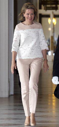 Reina Matilde de Bélgica Acto: Evento del Tour de Francia, Bruselas (Bélgica). Fecha: 14 de julio de 2015. 'Look': La reina de Bélgica apostó por un 'look' en tonos neutros compuesto por un 'top' de encaje blanco y pantalones rectos en beis.
