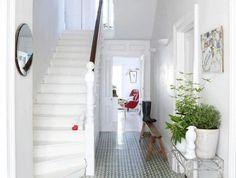 carreaux-de-ciment-couloir-tout-blanc-et-carreaux-colorés