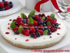 Cheesecake al latte di cocco e frutti di bosco: una torta fredda senza cottura in forno. Sana, delicata e profumata, con mirtilli e lamponi.