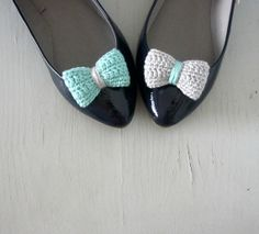 Opposites attract Crochet bow shoe clips Mint and grey by sidirom,