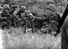 En Puerto Cabello, las fuerzas terrestres leales inician un bombardeo de artillería de campaña de 75 y 105mm para ablandar las posiciones de los Infantes de Marina.