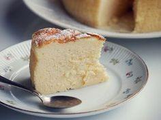 Pehmeän pumpulinen japanilainen juustokakku ei ole vaikea tehdä, mutta valmistuksessa on omat niksinsä. Baking Recipes, Cake Recipes, Finnish Recipes, Piece Of Cakes, Yummy Eats, Bread Baking, No Bake Cake, Sweet Recipes, Food To Make