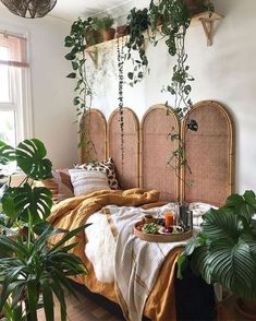 You can easily see and judge a room because of its decoration that it's a Bohemian room. The below picture has a Bohemian room for you in it, see the plants and how the sides of the bed have been decorated with different items. Looking for classy Bohemian Decor, Room Makeover, Aesthetic Room Decor, Room Ideas Bedroom, Dream Room, Bohemian Bedroom, Room Inspiration, Aesthetic Rooms, Bohemian Room