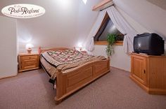 Apartament II - 1 pokój: łóżko dwuosobowe, telewizor  http://www.podreglami.pl/zakwaterowanie/apartament-drugi.html