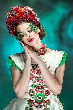 Mexican Fashion, Ethnic Fashion, Splash Photography, Fashion Photography, Polish Embroidery, Foto Fantasy, Flower Head Wreaths, Headshot Poses, Floral Headdress