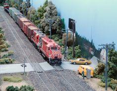 Atlas Model Railroad Co layout Ho Scale Train Layout, Ho Train Layouts, Escala Ho, N Scale Model Trains, Scale Models, Narrow Shelves, Model Training, Electric Train, Ho Trains