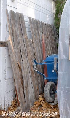 DIY Upcycle privacy fence into custom rustic picture frames Old Fence Wood, Old Fences, Old Wood, Rustic Picture Frames, Barn Wood Frames, Barn Wood Projects, Diy Projects, How To Make Frames, Home Wooden Signs