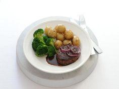 Gebakken tartaar met vleesjus, krieltjes en broccoli