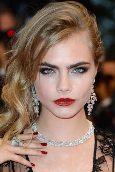 Model Cara Delevingne and ex-boyfriend, One Direction's Harry Styles may be back together. Check out our facts on Cara, Harry, & Cara's kiss with Sienna Miller. Wedding Makeup Looks, Bridal Makeup, Gatsby Makeup, Celebrity Eyebrows, Cara Delevigne, Beauty Trends, Mannequins, Beautiful People, Hair Makeup