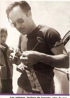Pedro Infante amante de los aviones; aquí arreglando uno de juguete.