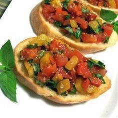 Bruschetta de pimentão vermelho assado Misture o pimentão em conserva, o alho, o tomate picado, o manjericão e a cebola picada. Coloque sobre cada fatia de torrada. Regue com vinagre balsâmico.