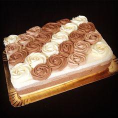 Voici la recette du fameux 3 chocolats. Une recette plus facile qu'il n'y paraît. Une entremet ou trois mousses au trois chocolats se superposent. On pourrait croire que ce gâteau est b…