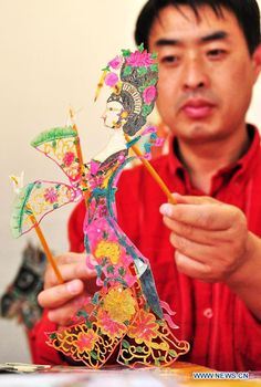 2011 an artist manipulates the puppetry for shadow puppetry performance in Nanning (capital of Guangxi Zhuang Autonomous Region, China) Puppetry Arts, Types Of Puppets, Chinese Paper Cutting, Shadow Theatre, Cut Out Art, Dragon Dance, Marionette, Shadow Play, Learn Chinese