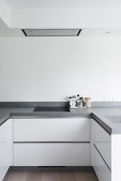 Binnenkijken bij Harmen en Annelies. Fotograaf Job Bolier | WOON maart 2016 | Kitchen Interior, Kitchen Inspirations, Kitchen Design Small, Kitchen Projects, Handleless Kitchen, Small Space Interior Design, Kitchen Diner, Home Kitchens, Kitchen Dinning