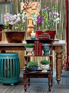 De madeira de demolição, a escada aumenta o espaço disponível para plantas na varanda. Em vez de mais uma peça corriqueira, ela traz o verde em diferentes volumes. Os vasos ficam organizados, sem tumultuar a área