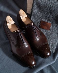 style -Brogue style - Alligator Leather Tassel Loafer Comfortable Slip-On Dress Shoes Edgar Medallion Cap-Toe Shoe Handmade Brown Oxford Shoes Men's Fashion Brown Leather Lace-up Cap Toe Formal Mens Dress Outfits, Men Dress, Dress Shoes, Dress Clothes, Oxfords, Loafers Men, Mens Boots Fashion, Mens Fashion Blog, Derby