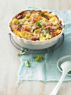 Tortellini-Auflauf mit Champignons, Schinken, Käse und Zwiebeln