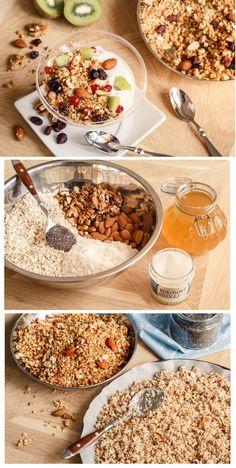 Domácí ořechové müsli - granola. Je plné cereálií, medu, oříšků, kokosu a sušeného i čerstvého ovoce. Servírovat ji doporučujeme s hustým jogurtem ve sklenici na zmrzlinu.