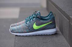 La Roshe Run de Nike est déclinée en version colorfull, avec cette Flyknit Mineral Teal, un ensemble homogène ponctué par le swoosh jaune fluo, à découvrir on Trends Periodical ! #Nike