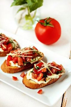 Toasted baguette with a roasted garlic spread, fresh tomatoes and basil creates this simple summer appetizer. Roasted Tomatoes, Roasted Garlic, Olives, Buffet Frio, Bruschetta Tomate, Risotto, Garlic Spread, Parchment Paper Baking, Snacks Sains