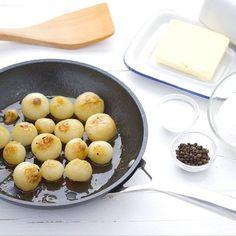 Hoy vamos aprender como hacer una guarnición de esas que solucionan mucho la papeleta y que gustan a casi todo el mundo menos a @miss_cotonetdesucre 😉  Ingredientes para 4 personas que coman moderado, no en plan #srwebos  300 g de cebollitas francesas 25 g de mantequilla Sal Pimienta Una pizca de azúcar ------------------------- Preparación  1. Pon a hervir agua en un cazo. Cuando esté hirviendo mete las cebollitas. Para este proceso de escaldado con 1 minuto es suficiente. Pélalas. 2. Pon…