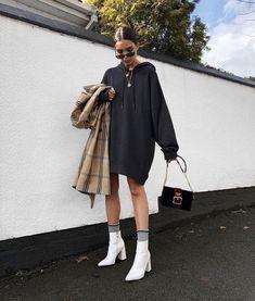 White hooded sweatshirt dress with white boots 👍🏿 Weißes Sweatshirt-Kleid mit Kapuze und weißen Stiefeln 👍🏿 Mode Outfits, Trendy Outfits, Winter Outfits, Fashion Outfits, Womens Fashion, Fashion Trends, Fashion Boots, Fashion Ideas, Woman Outfits
