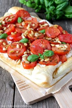 Tomaten-Ricotta-Tarte mit Pinienkernen Tomato ricotta tart with pine nuts Tart Recipes, Veggie Recipes, Seafood Recipes, Appetizer Recipes, Vegetarian Recipes, Snack Recipes, Cooking Recipes, Healthy Recipes, Thanksgiving Appetizers