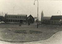 Postel: met links de Boerenleenbank, daarnaast de winkel van de weduwe van Bragt, in het midden de Lambertuskerk en rechts het confectie-atelier van Someren NV.