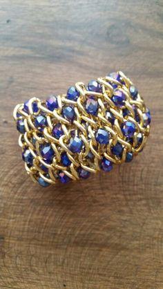 Pulsera tejida con cadenas doradas y rondelas azules. #pulsera #cadena  #dorada #rondela #azul. $34.950