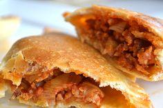 Empanadas zijn Spaanse deegpakketjes die vaak gevuld zijn met een vulling van vlees, kaas, groenten of fruit. Ik laat je zien hoe je ze met kipgehakt maakt.