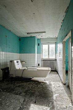 Abandoned mental hospital by Skeletorrrrr Haunted Asylums, Abandoned Asylums, Abandoned Buildings, Abandoned Places, Old Hospital, Abandoned Hospital, Spooky Places, Haunted Places, Mental Asylum