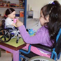Ceci viene con su familia al Centro de Rehabilitación Integral Teletón en Paraguarí desde la ciudad de Quiindy. A ella le encanta jugar con las muñecas