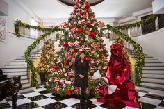 The Kardashian momager, Kris Jenner, had teamed up with the L. floral designer Jeff Leatham to transform her home for the holidays- Christmas is coming! Cool Christmas Trees, Noel Christmas, Family Christmas, Christmas Photos, Xmas, Christmas Tree Goals, Luxury Christmas Decor, Casa Kardashian, Kardashian Family